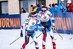 Čeští biatlonisté Jakub Štvrtecký a Adam Václavík při předávce v závodě na 4x7,5 kilometru v rakouském Hochfilzenu