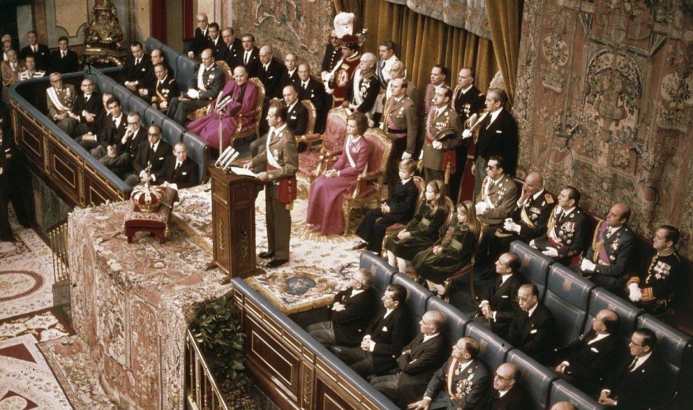 Španělský král Juan Carlos I. při své inauguraci v roce 1975