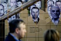 """Na Václavském náměstí v Praze začala výstava """"vězeňského lágru"""", v němž je v prostoru obehnaném ostnatými dráty umístěno několik desítek portrétů bývalých politických vězňů."""