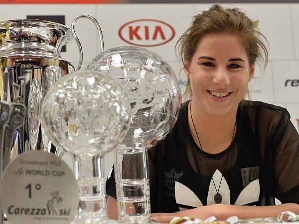 Ester Ledecká ukázala doma trofeje z letošní sezony
