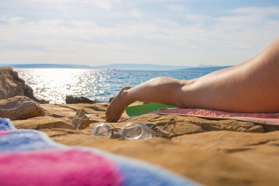 """Povalování na pláži letos asi příliš nehrozí, k """"úrazu"""" můžete ale přijít i na tuzemské dovolené."""