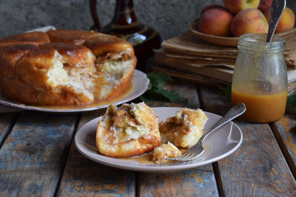 Monkey bread s jablky a karamelem