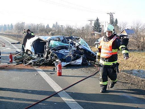 Tragická srážka dvou aut při níž zemřelo šest lidí včetně dítěte se odehrála ve středu ráno na rychlostní silnici R46 v Prostějově.