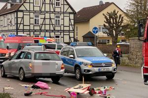 Automobil vjel do davu během masopustního průvodu v městečku Volkmarsen.