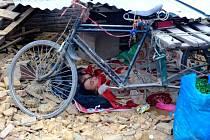 Tisíce Nepálců zbavených domova se uchýlily do stanů a shánějí potraviny a lékařskou pomoc. Na otevřených prostranstvích v Káthmándú leží nemocní a zranění, kteří se nemohli dostat do zničené místní nemocnice.