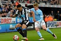 Newcastle - Manchester City: Jamaal Lascelles (vlevo) a Kevin De Bruyne