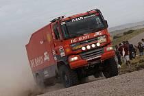 Dakar po čtyřech etapách: Lídrem kategorie kamionů je Nizozemec Gerard de Rooy. V kategorii motocyklů se už ze třetího letošního prvenství radoval Španěl Marc Coma na KTM. Mezi automobily je nadále nejrychlejší jeho krajan Carlos Sainz.