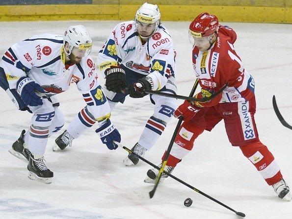 Slávista Vladimír Sobotka (vpravo) se snaží prosadit přes chomutovské Krafta s Frolíkem.