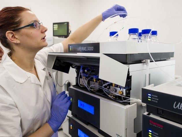Vědci z Fakultní nemocnice v Hradci Králové mají jako první v ČR k dispozici nový typ hmotnostního spektrometru pro výzkum příčin různých nemocí a vývoj léků.