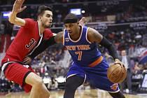 Tomáš Satoranský (v červeném) a hvězda Knicks Carmelo Anthony.