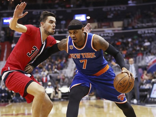 Tomáš Satoranský (včerveném) a hvězda Knicks Carmelo Anthony.