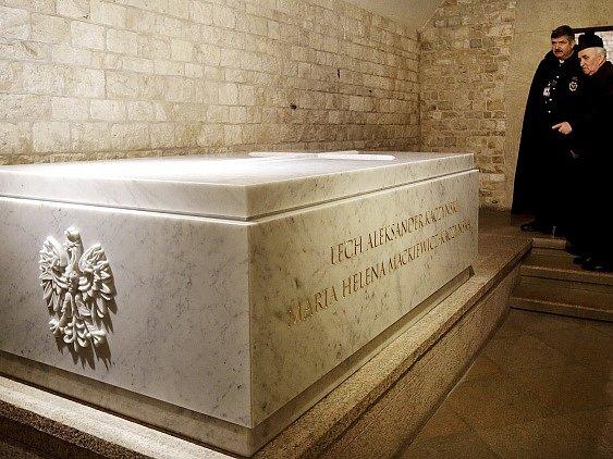 V katedrále na krakovském hradě Wawelu vrátili do sarkofágu v kryptě ostatky prezidenta Lecha Kaczyńského a jeho choti Marie. Exhumovány byly v pondělí v rámci nového vyšetřování katastrofy polského vládního letadla v ruském Smolensku.