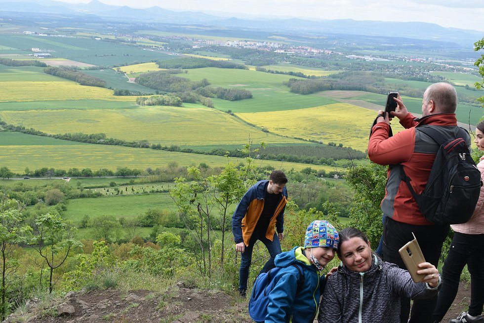 Na roudnické vyhlídce na Řípu se lidé kochají Pac-Manem v poli i dalekohledem, fotí se tu s výtvorem v pozadí.