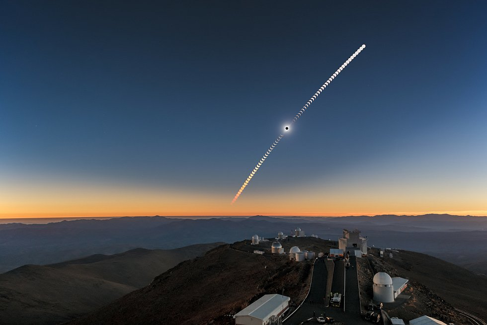 Úplné zatmění Slunce kolem observatoře ESO La Silla v Chile, 2. července 2019. Zdroj: Se svolením Petr Horálek/ESO