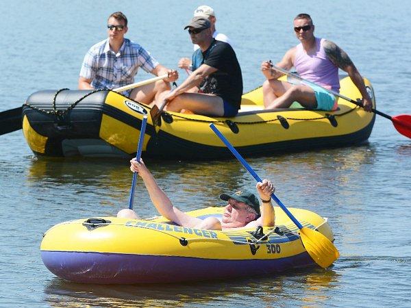 Prezident Zeman si vyjel na gumovém člunu na Veselský rybník vNovém Veselí.