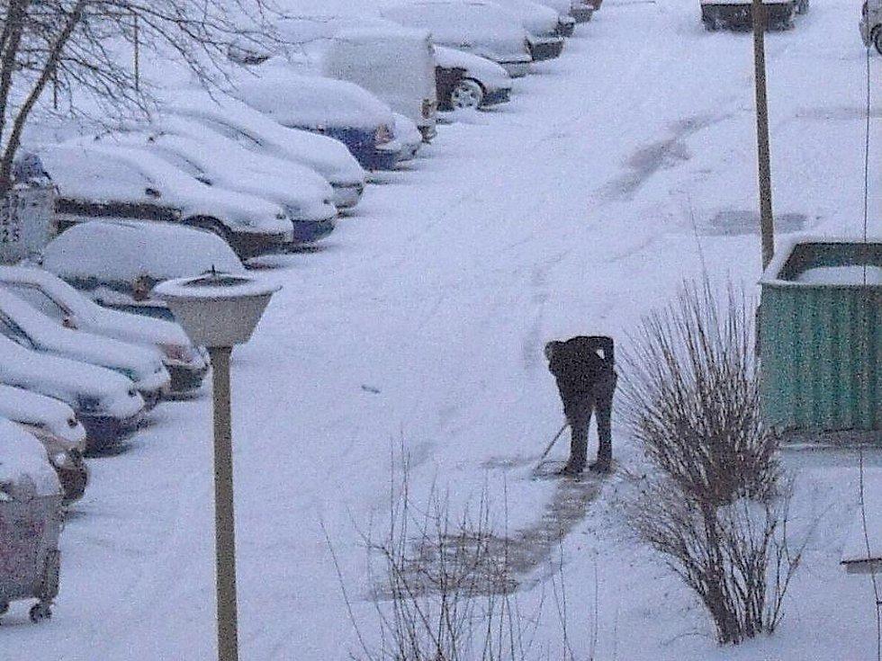 Českou republiku trápil další sníh a silný vítr. Silnice byly uzavřené na Chomutovsku, vlaky měly problémy na Vysočině a v Pardubickém kraji. Čeká se další sněžení.