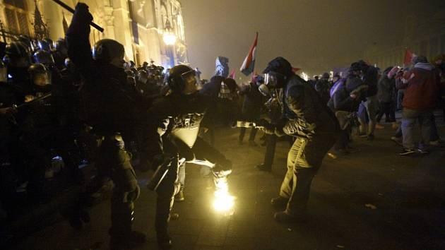 """V Budapešti protestovaly tisíce lidí proti novele zákoníku práce, kterou nazývají """"otrocký zákon."""""""