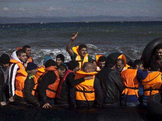 U řeckého ostrova Lesbos se dnes potopily dvě lodě s migranty. Během záchranné akce, která pokračuje, se zatím podařilo z rozbouřených vln dostat 35 lidí.