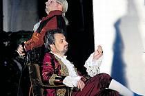 Figarova svatba. Vratislav Kříž (sedící) jako hrabě Almaviva s Jaroslavem Březinou v představení na zámku v Jindřichově Hradci v roce 2005.