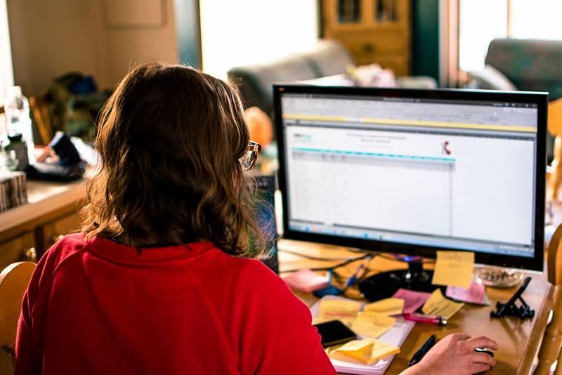 Respirítor zaměstnanec mít nemusí, pokud v kanceláři pracuje sám.
