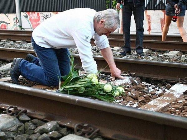 Josef Rychtář klade květiny na místo, kde Iveta Bartošová ukončila svůj život.