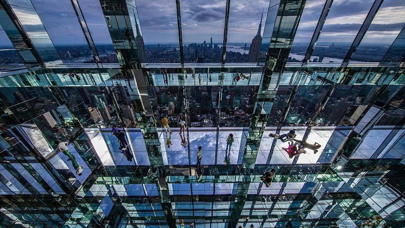 Mrakodrap One Vanderbilt v New Yorku nově nabídne jedinečnou vyhlídku na město. Lidé si pohled na New York vychutnají ze skleněných vyhlídkových boxů - průhledné jsou nejen zdi, ale i podlaha.