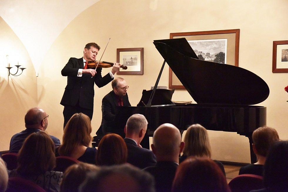 Závěrečný koncert z cyklu Sukův hudební Štiřín zaznamenal rekordní účast. Na snímku houslista Ivan Ženatý a klavírista Martin Kasík