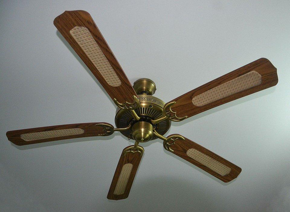 Efektivní jsou také stropní ventilátory.