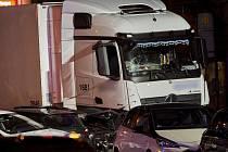 Odstavený ukradený kamion, kterým v Limburgu na západě Německa v pondělí vpodvečer najížděl syrský občan do aut
