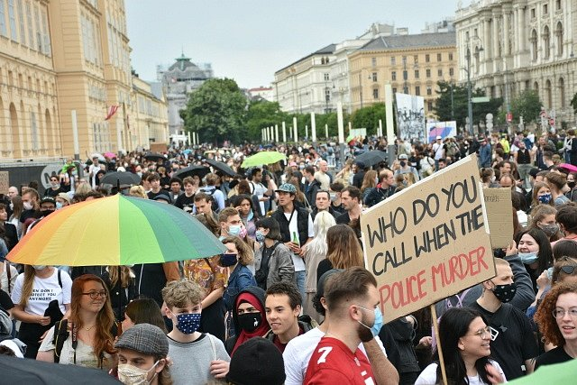 Proti policejnímu násilí v USA protestovalo až 50 tisíc lidí také ve Vídni.