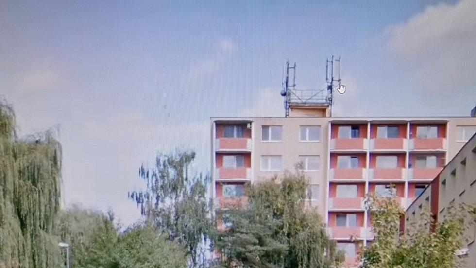 Za šíření koronaviru v Napajedlích prý mohou nedaleké vysílače na střeše domu, tvrdí autor konspiračního videa