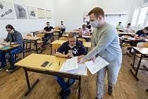 Studenti Střední průmyslové školy v Ústí nad Labem pracují 1. června 2020 na didaktických testech státní maturity z matematiky. Jarní termín se kvůli pandemii koronaviru letos posunul. Původně se testy měly konat na začátku května