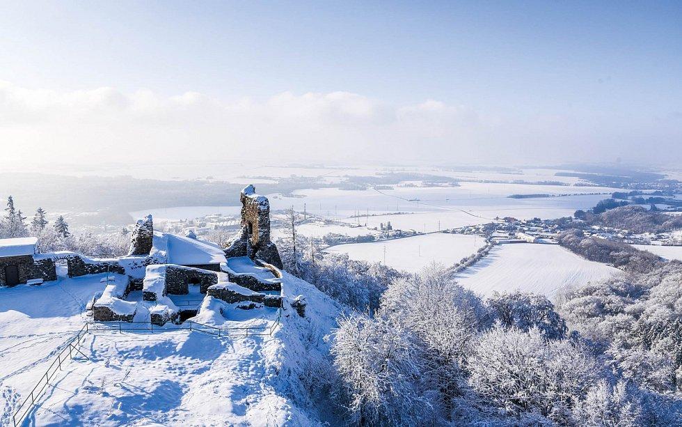 Za pěkného počasí můžete z rozhledny hradu Lichnice dohlédnout až 140 km daleko.
