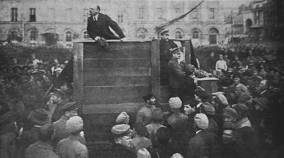 Vladimír Iljič Lenin, Lev Trockij a Lev Kameněv při motivačním projevu k vojákům během sovětsko-polské války 1. května 1920