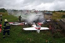 Nedaleko slovenského města Skalica se v pátek zřítilo malé letadlo. Nehodu nepřežili tři lidé. Stroj se po pádu vznítil.