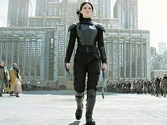 Síla vzdoru v rozděleném závěru trochu slábne (Jennifer Lawrenceová).
