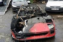 Čerstvě renovované Ferrari F40 skončilo v plamenech.