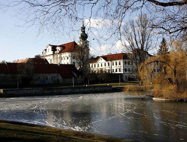 Břevnovský benediktinský klášter byl založený roku 993 přibližně v polovině cesty mezi Pražským hradem a Bílo horou a je nejstarším mužským klášterem v Čechách. U zrodu kláštera stál Slavníkovec a druhý český biskup sv. Vojtěch.
