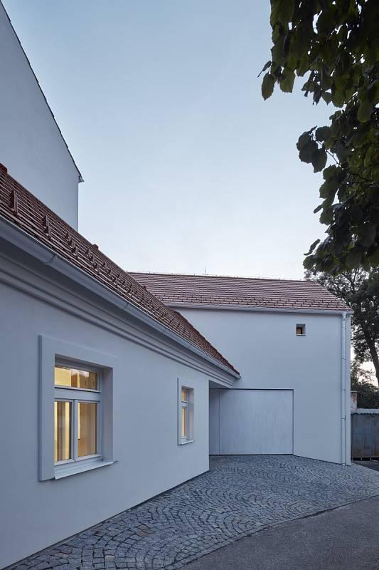 Z původního domu zůstala zachována pouze nejstarší kamenná část orientovaná do ulice.