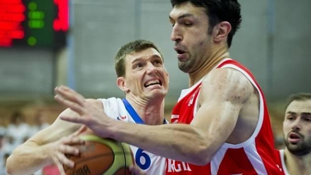 Český reprezentant Pavel Pumprla (vlevo) se snaží prosadit přes Zazu Pačuliu z Gruzie.