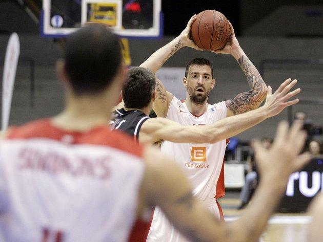 Basketbalisté Nymburku (v bílém) proti Sieně.