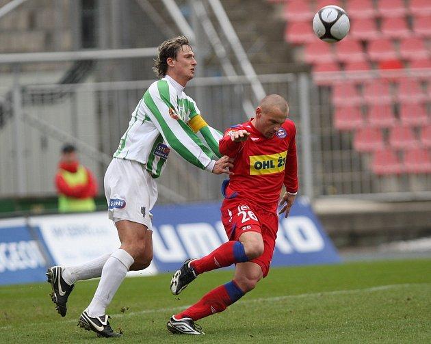 Tomáš Došek z Brna (v červeném) atakovaný kapitánem Bohemians Miroslavem Obermajerem.