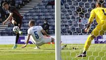 Perišič (vlevo) střílí chorvatský gól, bránící Coufal podklouzl.