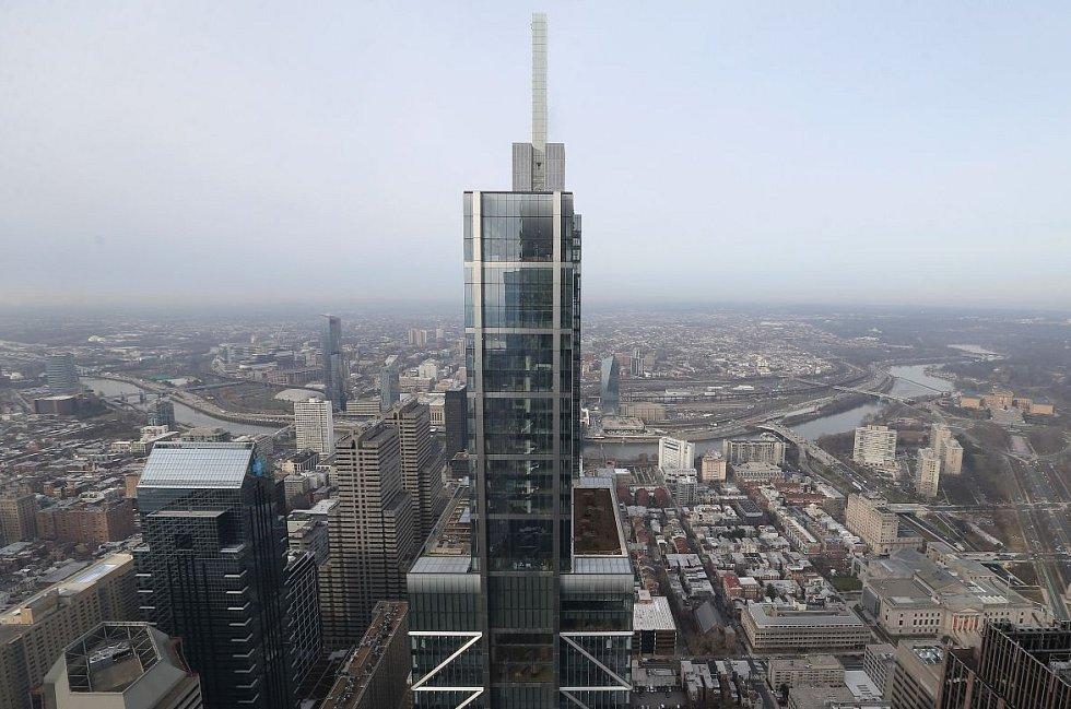 Budova společnosti Comcast Technology Center v americké Filadelfii je osmým nejvyšším mrakodrapem vystavěným během uplynulých dvanácti měsíců. Má 60 pater a měří celkových 342 metrů