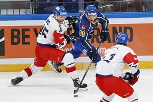 Hokejový turnaj Channel One Cup v Moskvě, součást Euro Hockey Tour, utkání ČR - Švédsko. Vlevo hokejista ČR Radan Lenc, uprostřed Malte Stromwall ze Švédska