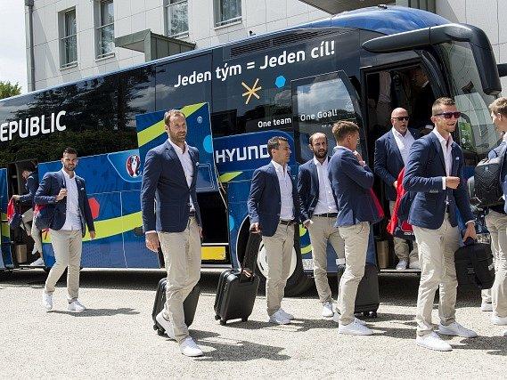 Čeští fotbalisté po příjezdu k hotelu ve francouzském Tours, kde budou ubytováni během mistrovství Evropy.