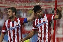 Diego Costa z Atlétika Madrid (vpravo) se raduje z gólu proti Elche.
