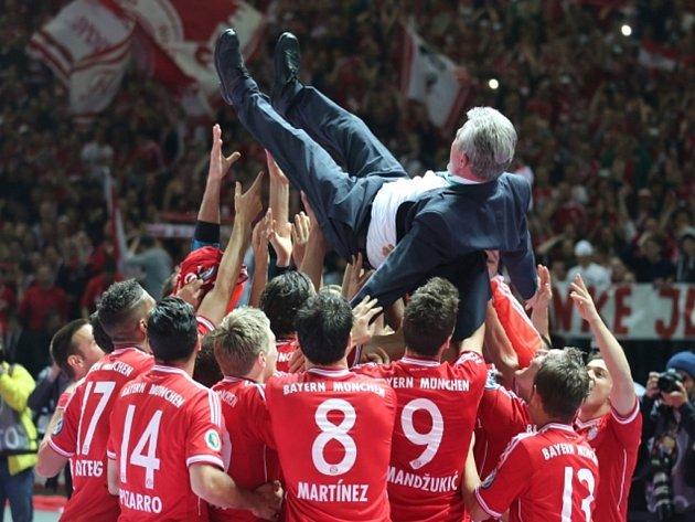 Fotbalisté Bayernu Mnichov po triumfu v bundeslize a Lize mistrů vyhráli pod trenérem Juppem Heynckesem i Německý pohár.