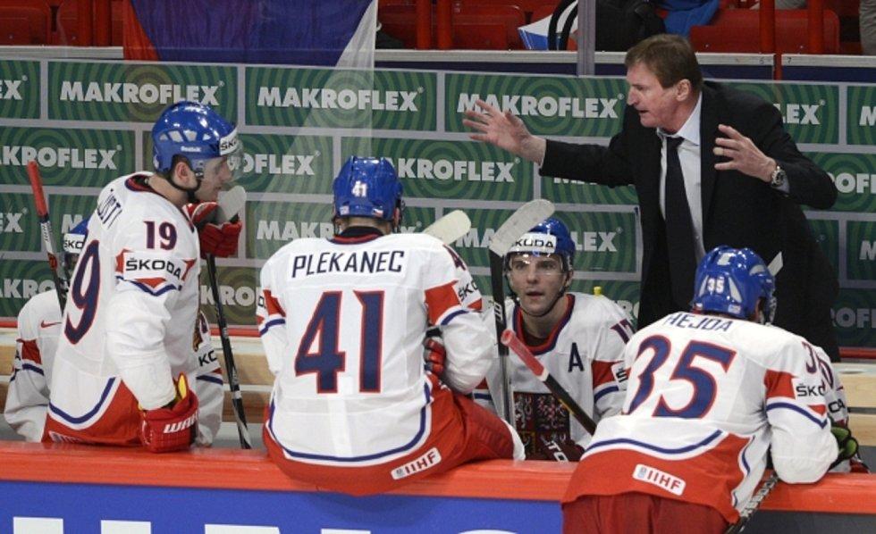 Trenér české reprezentace Alois Hadamczik (vpravo) udílí pokyny svým svěřencům.