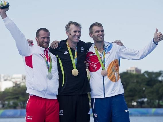 Zleva stříbrný Damir Martin z Chorvatska, zlatý Mahé Drysdale z Nového Zélandu a bronzový Ondřej Synek z ČR.